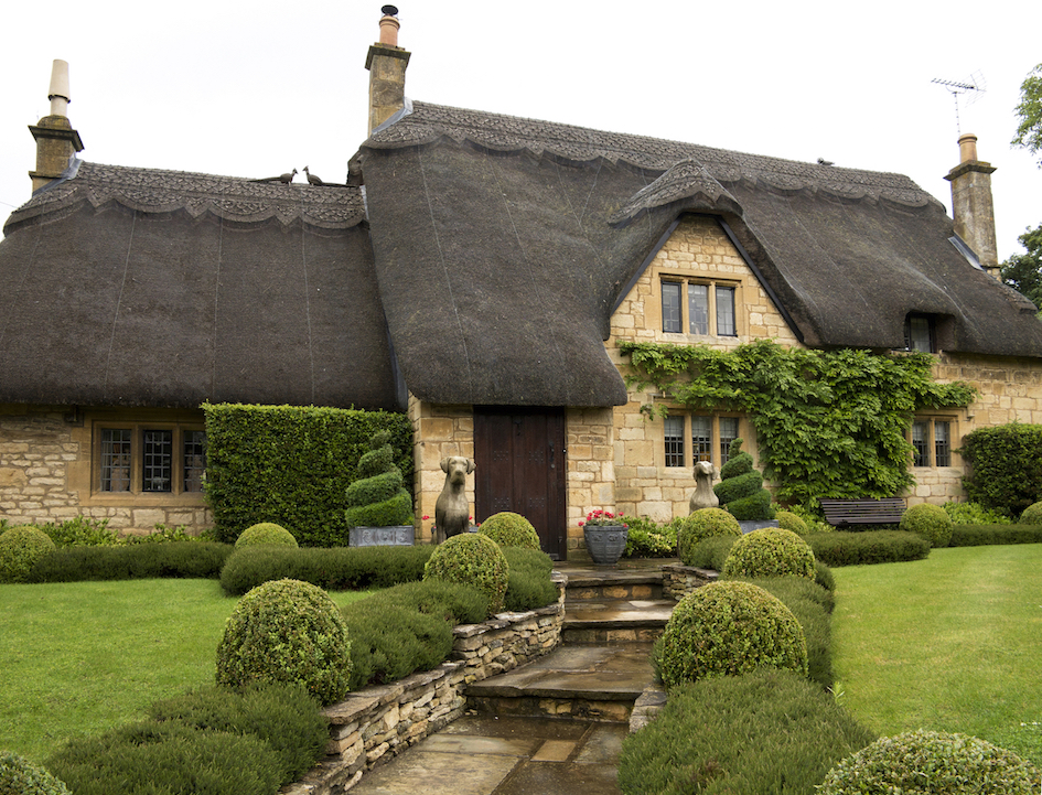 cotswold-garden-with-dwarf-boxwood-shrubs